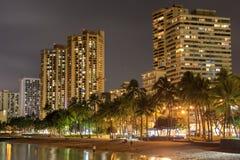 De horizon van Honolulu met Waikiki-strand, hotels die bij zonsondergang, Hawaï bouwen stock foto