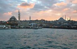 De horizon van Istanboel bij zonsondergang Stock Afbeelding