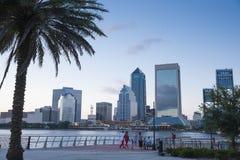De horizon van Jacksonville Florida bij schemer stock afbeelding