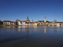 De horizon van Kitzingen die in water in ochtend wordt weerspiegeld Stock Foto