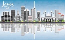De Horizon van Lagos met Gray Buildings, Blauwe Hemel en Bezinningen Stock Afbeelding
