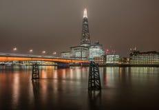 De horizon van Londen bij nacht met inbegrip van de Scherf Stock Foto's