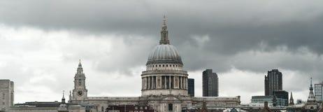 De horizon van Londen bij St Paul kathedraal Royalty-vrije Stock Fotografie