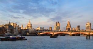 De horizon van Londen bij zonsondergang Stock Afbeelding
