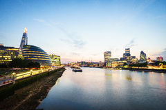 De horizon van Londen bij zonsondergang, Engeland het UK Rivier Theems, de Scherf, Stadhuis Royalty-vrije Stock Foto