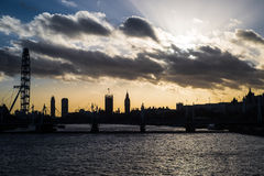 De horizon van Londen bij zonsondergang met het Oog en Big Ben van Londen Stock Foto