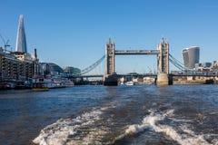 De horizon van Londen die van de Rivier Theems wordt gezien Stock Foto's