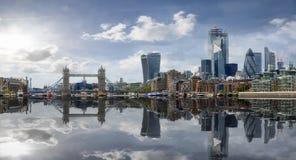 De horizon van Londen met bezinningen in het water, het Verenigd Koninkrijk royalty-vrije stock foto