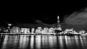 De horizon van Londen met de Scherf bij zwart-witte nacht Royalty-vrije Stock Foto