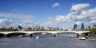 De horizon van Londen, omvat Waterloo Brug Stock Foto