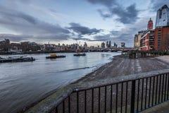 De Horizon van Londen over de Rivier Theems van de Zuidenbank Stock Afbeelding