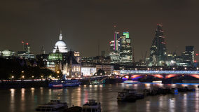 De horizon van Londen 's nachts - Rivier Theems, St Pauls et Royalty-vrije Stock Afbeelding