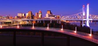 De horizon van Louisville, Kentucky bij schemer stock afbeeldingen