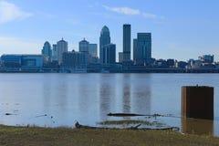 De horizon van Louisville, Kentucky over de Rivier van Ohio stock foto's