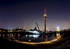 De horizon van München in Beieren, Duitsland, met bezinningen in het meer en sterren in de hemel stock foto's