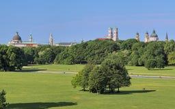 De horizon van München, mening van Englischer Garten, Duitsland royalty-vrije stock afbeeldingen