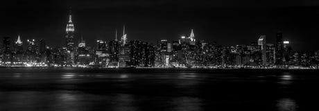 De horizon van Manhattan bij nacht Stock Foto