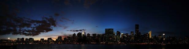 De Horizon van Manhattan bij Nacht Stock Foto's