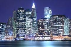De horizon van Manhattan bij Nachten Royalty-vrije Stock Afbeelding