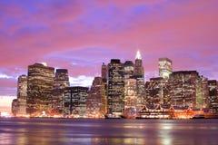 De horizon van Manhattan bij Nachten Stock Fotografie