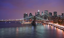 De horizon van Manhattan bij schemer stock afbeeldingen