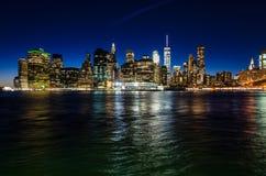 De horizon van Manhattan bij Schemering Royalty-vrije Stock Afbeelding