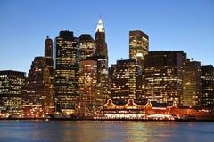 De horizon van Manhattan bij schemering Stock Afbeelding