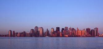 De horizon van Manhattan bij zonsondergang stock foto