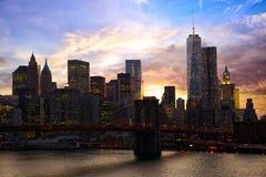 De horizon van Manhattan bij zonsondergang Stock Foto's