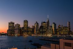 De horizon van Manhattan bij zonsondergang van Brooklyn stock afbeeldingen