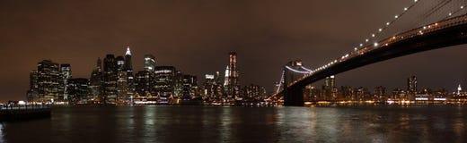 De Horizon van Manhattan en de Brug van Brooklyn bij Nacht Royalty-vrije Stock Afbeeldingen