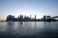 De horizon van Manhattan en de brug van Brooklyn. De Stad van New York. Nacht stedelijke scène. De V.S. Stock Afbeeldingen