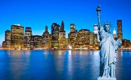 De Horizon van Manhattan en het Standbeeld van Vrijheid bij Nacht, New York C Stock Afbeelding