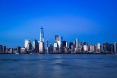 De horizon van Manhattan in het blauwe uur stock afbeeldingen