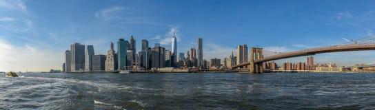 De horizon van Manhattan op een zonnige dag met de Brug van Brooklyn in mening royalty-vrije stock foto's