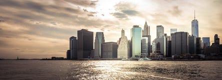 De Horizon van Manhattan op Zonsondergang Stock Foto