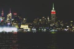 De horizon van Manhattan 's nachts zoals die van Hoboken, New Jersey wordt gezien royalty-vrije stock foto