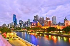 De Horizon van Melbourne bij Schemering Stock Foto's