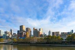 De horizon van Melbourne en Yarra-rivierlandschap op zonnige ochtend Royalty-vrije Stock Foto's