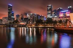 De horizon van Melbourne langs de Yarra-Rivier bij schemer Stock Afbeelding