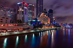 De horizon van Melbourne langs de Yarra-Rivier bij schemer Royalty-vrije Stock Fotografie