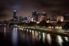 De horizon van Melbourne langs de Yarra-Rivier bij schemer Stock Fotografie