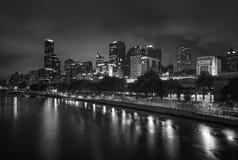 De horizon van Melbourne langs de Yarra-Rivier bij schemer Royalty-vrije Stock Afbeelding