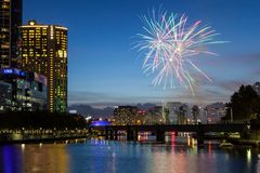 De Horizon van Melbourne met Vuurwerk bij Schemer royalty-vrije stock afbeelding