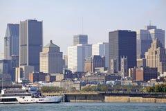 De horizon van Montreal en cruiseboot in Heilige Lawrence River, Canada wordt weerspiegeld dat stock afbeeldingen
