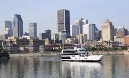 De horizon van Montreal en cruiseboot in Heilige Lawrence River, Canada wordt weerspiegeld dat stock afbeelding
