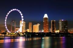 De horizon van nachtsingapore bij jachthavenbaai royalty-vrije stock foto