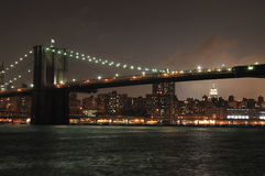 De horizon van New York bij nacht Stock Foto