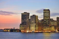 De horizon van New York bij nacht Stock Foto's