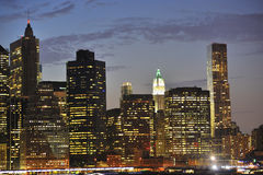 De horizon van New York bij nacht Royalty-vrije Stock Afbeeldingen